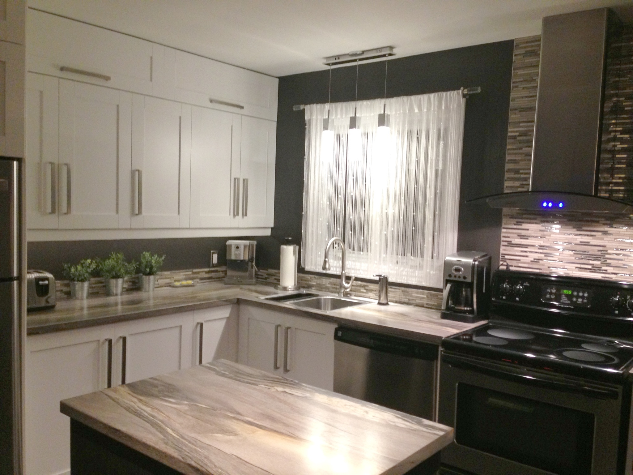 petite et coquette cuisine new zone. Black Bedroom Furniture Sets. Home Design Ideas